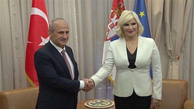 Il ministro delle infrastutture serbo Zorana Mihajlovic e quello turco Cahit Turhan